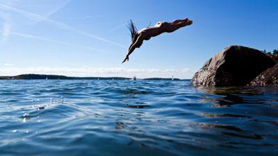 Urlauber beim Baden auf der Schäreninsel Finnhamn