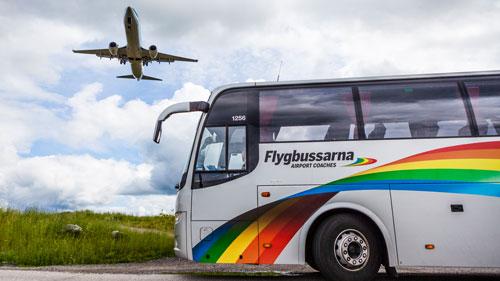 Flughafentransfer: Bus in Schweden auf dem Weg zum Flughafen
