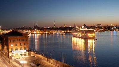 Kreuzfahrt nach Schweden: Kreuzfahrtschiff in der City von Stockholm