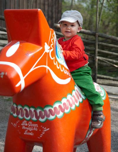Kinder in Stockholm: Kind beim Spielen mit einer Kinderattraktion